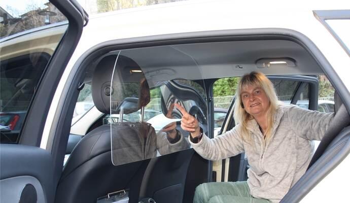 Durch die neue Schutzscheibe in ihrem Fahrzeug fühlt sich Taxi-Fahrerin Carmen Bihler vom Mühlacker Unternehmen Bacher sicherer an ihrem Arbeitsplatz. Und auch die Fahrgäste sind nun besser geschützt. Foto: Hepfer/Privat
